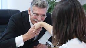 Jobbintervju - lycklig rekryterare som skakar handen med kandidaten stock video
