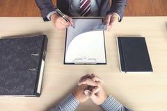 Jobbintervjun, unga attraktiva ledare man att läsa hans resum arkivfoton