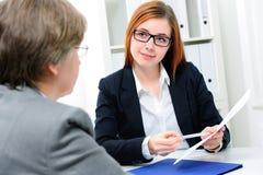Jobbsökande som har en intervju Arkivfoton