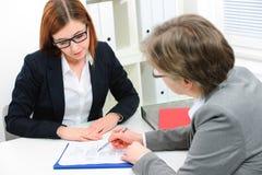 Jobbsökande som har en intervju Royaltyfri Bild