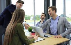 Jobbsökande som har intervju Handskakning medan intervjua för jobb arkivfoto