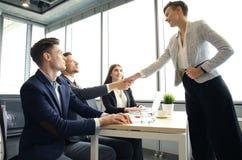 Jobbsökande som har intervju Handskakning medan intervjua för jobb arkivbilder