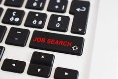 Jobbsökandet skriver in knapptangent på det svarta tangentbordet arkivbild