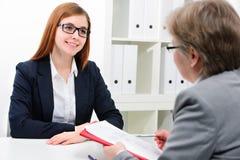 Jobbsökande som har en intervju Royaltyfria Bilder