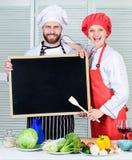 Jobposition Kochen des köstlichen Mahlzeitrezepts Kochen des Menüs für heutigen Tag Listenbestandteile, die Gericht kochen Famili stockbilder