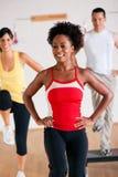 Jobstepp-Training in der Gymnastik mit Ausbilder Lizenzfreies Stockfoto