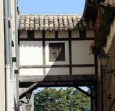 Jobstepp zwischen zwei Häusern. Stockbilder
