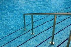 Jobstepps in einen Swimmingpool Stockfoto