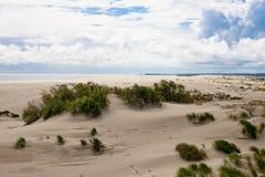 Jobstepps im Sand, der zum Horizont ausdehnt lizenzfreie stockbilder