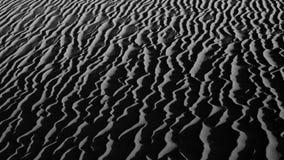 Jobstepps im Sand, der zum Horizont ausdehnt Stockbild