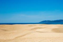 Jobstepps im Sand, der zum Horizont ausdehnt lizenzfreie stockfotografie