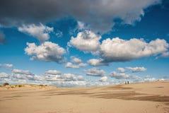 Jobstepps im Sand, der zum Horizont ausdehnt landschaft Kurshskaya-kosa Stockbilder