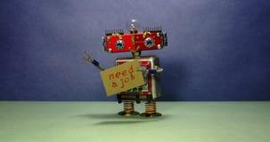 Jobsucheanzeige Arbeitsloser roter Roboter möchte einen Job erhalten Lustiger Spielzeugroboter, der mit einem Pappzeichen geht un stock video