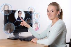 Jobsuchekonzept - Frauendrücken eingebildete Knöpfe mit PET Stockbilder