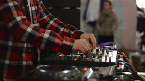 Jockey δίσκων ενεργοποιεί τον αναμίκτη του DJ απόθεμα βίντεο