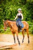 Jockey κορίτσι που κάνει την ιππασία στο λιβάδι επαρχίας Στοκ εικόνες με δικαίωμα ελεύθερης χρήσης