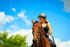 Jockey κορίτσι που κάνει την ιππασία στο λιβάδι επαρχίας Στοκ φωτογραφία με δικαίωμα ελεύθερης χρήσης