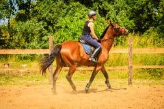 Jockey κορίτσι που κάνει την ιππασία στο λιβάδι επαρχίας Στοκ φωτογραφίες με δικαίωμα ελεύθερης χρήσης