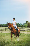 Jockey κοριτσιών που οδηγά ένα άλογο Στοκ εικόνα με δικαίωμα ελεύθερης χρήσης