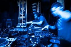 Ανασκοπήσεις μουσικής με το δίσκος-jockey Στοκ εικόνα με δικαίωμα ελεύθερης χρήσης