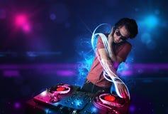 Jockey de disque jouant la musique avec d'électro effets de la lumière et lumières Image stock