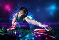 Jockey de disque jouant la musique avec d'électro effets de la lumière et lumières Photos stock