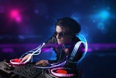 Jockey de disque jouant la musique avec d'électro effets de la lumière et lumières illustration stock