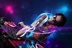 Jockey de disque jouant la musique avec d'électro effets de la lumière et lumières Images libres de droits