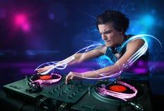 Jockey de disque jouant la musique avec d'électro effets de la lumière et lumières Image libre de droits