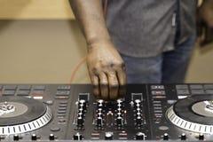Jockey de disque nig?rien d'Amerian d'Africain ? la partie photographie stock libre de droits