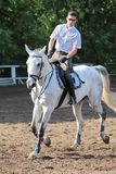 Jockey en glaces avec le cheval d'équitation de fouet Photos stock