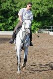 Jockey i exponeringsglas som rider hästen arkivfoton