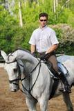 Jockey i exponeringsglasplats på häst arkivfoto