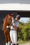 Jockey mit reinrassigem Pferd Lizenzfreies Stockbild