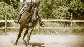 Jockey opleiding het berijden paard Fietser of fietser het berijden langs een concreet fietspad Stock Afbeelding