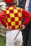 Jockeydetail na het ras Renbaanachtergrond renpaard Stock Foto