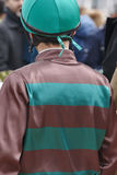 Jockeydetail vóór het ras Renbaanachtergrond renpaard Royalty-vrije Stock Fotografie