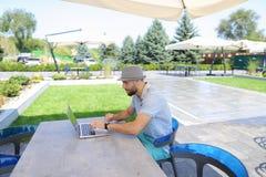 Jocund męska osoba cieszy się pomyślnego zakład na bukmachera miejsca dowcipie fotografia royalty free