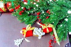 Jodła prezenta i gałąź pudełko na drewnianym tle Zdjęcie Stock