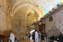 Joden die in de synagoge die van Muur, Jeruzalem bidden loeien royalty-vrije stock fotografie