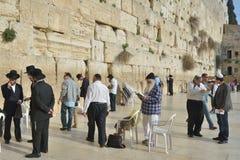 Joden onder de Westelijke Muur in Jeruzalem, Israël Stock Afbeelding