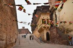 Jodhpur, Índia - 1º de janeiro de 2015: Forte de Mehrangarh da visita do turista Imagem de Stock