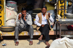 Jodhpur, Índia - 1º de janeiro de 2015: Homens indianos não identificados no mercado Imagens de Stock Royalty Free