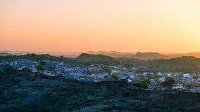 Jodhpur, il Ragiastan, l'India, destinazione famosa di viaggio e attrazione turistica La città blu osservata da sopra al tramonto immagini stock