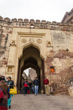 Jodhpur, India - 1° gennaio 2015: La gente non identificata cammina tramite un portone alla fortificazione di Mehrangarh Fotografia Stock Libera da Diritti