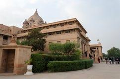 Jodhpur, India - 1° gennaio 2015: Palazzo di Umaid Bhawan di visita della gente Fotografie Stock Libere da Diritti