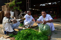 Jodhpur, India - 1° gennaio 2015: Uomo indiano non identificato che vende verdura al mercato di strada Fotografie Stock