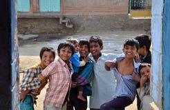 Jodhpur, India - Januari 2, 2015: Portret van Indisch kind in een dorp in Jodhpur Stock Foto
