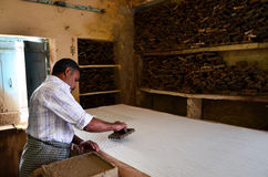 Jodhpur, India - Januari 2, 2015: Textielarbeider in een kleine fabriek in Jodhpur Stock Afbeeldingen