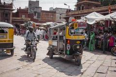 JODHPUR, INDIA - JANUARI 11, 2017: Het typische Indische stadsleven bij Stock Foto's